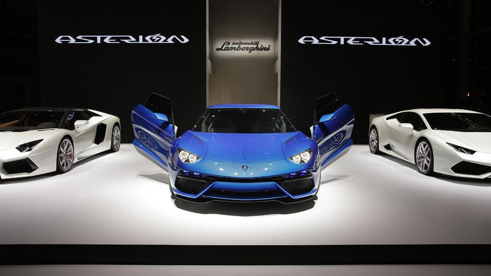 Asterion durante la presentazione al Salone di Parigi, posizionata tra Aventador e Huracan.