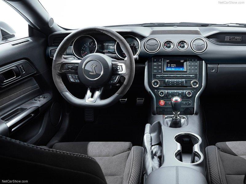 Interno della Mustang GT350, si nota la leva con il cambio manuale.
