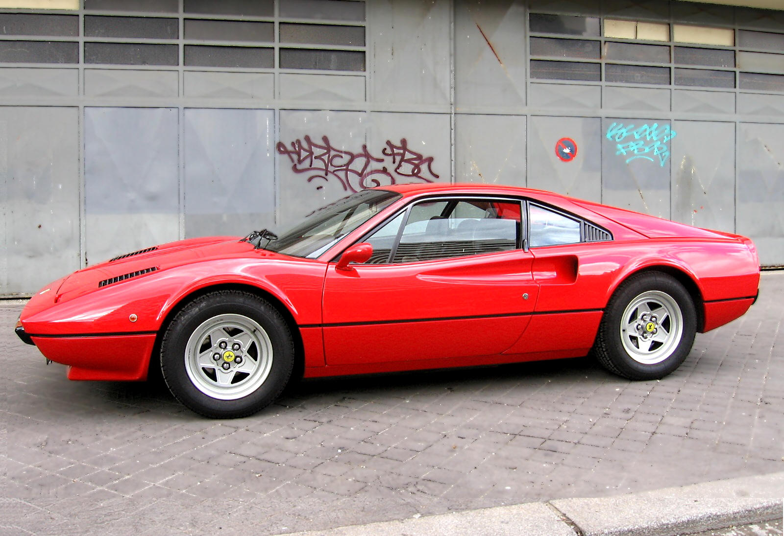 Ferrari_308GTB_vetroresina_red-black_side