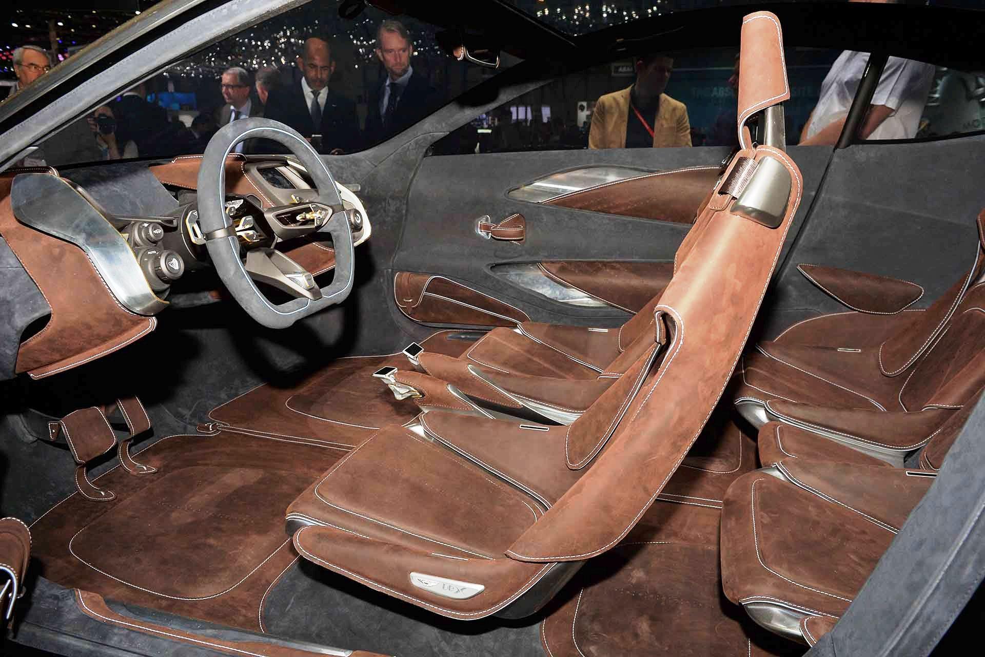Aston Martin DBX interno